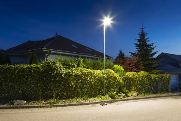 Lichtmast-abgesetzt-in-Wohngebiet